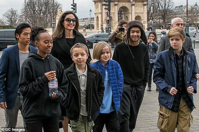 Angelina Jolie đưa ba đứa con đi ăn trưa - 12