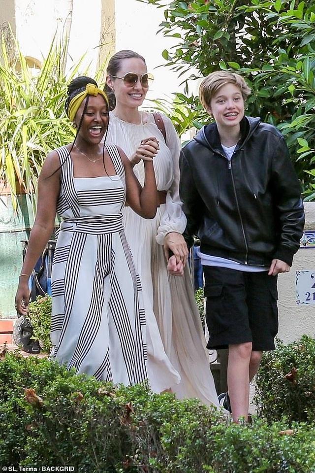 Angelina Jolie đưa ba đứa con đi ăn trưa - 6