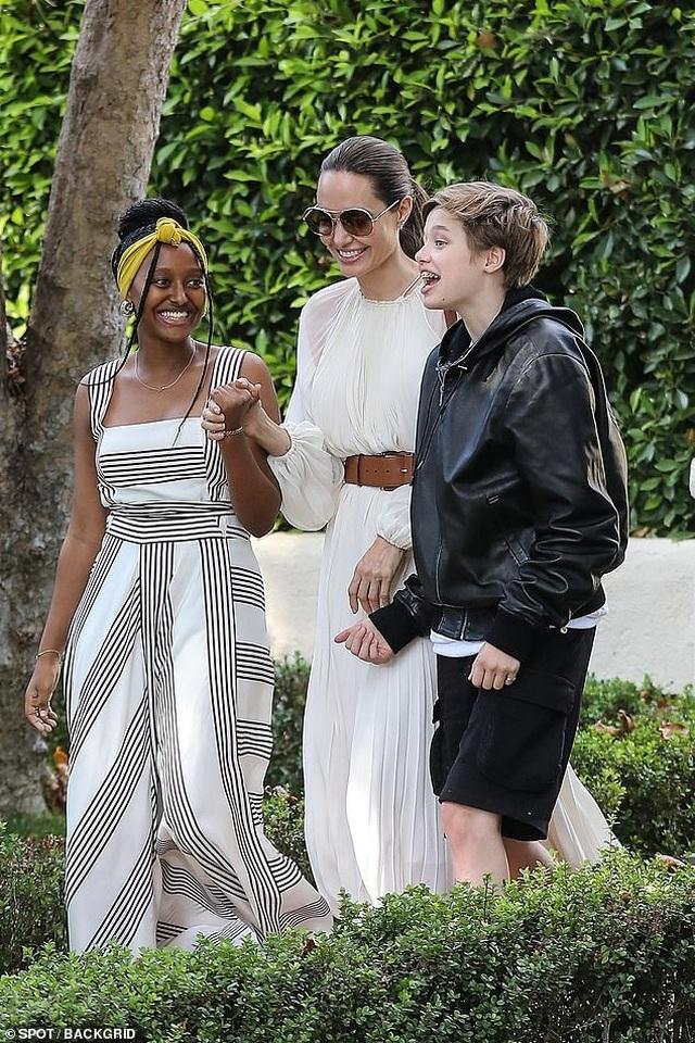 Angelina Jolie đưa ba đứa con đi ăn trưa - 7