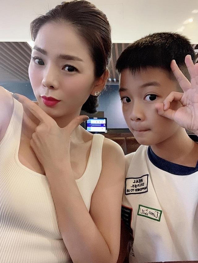 Diễn viên Việt Trinh hạnh phúc bên con trai trong kỳ nghỉ lễ - 19