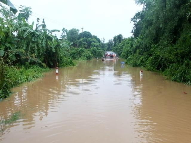 Di dời hàng chục hộ dân ra khỏi vùng ngập lụt nguy hiểm - 3