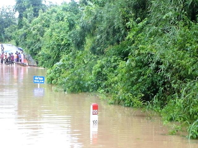 Di dời hàng chục hộ dân ra khỏi vùng ngập lụt nguy hiểm - 2