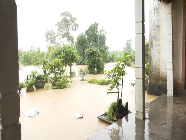 Di dời hàng chục hộ dân ra khỏi vùng ngập lụt nguy hiểm - 4