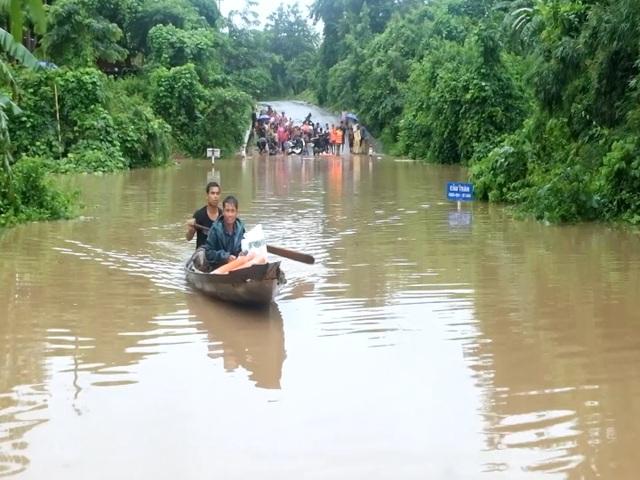 Di dời hàng chục hộ dân ra khỏi vùng ngập lụt nguy hiểm - 6