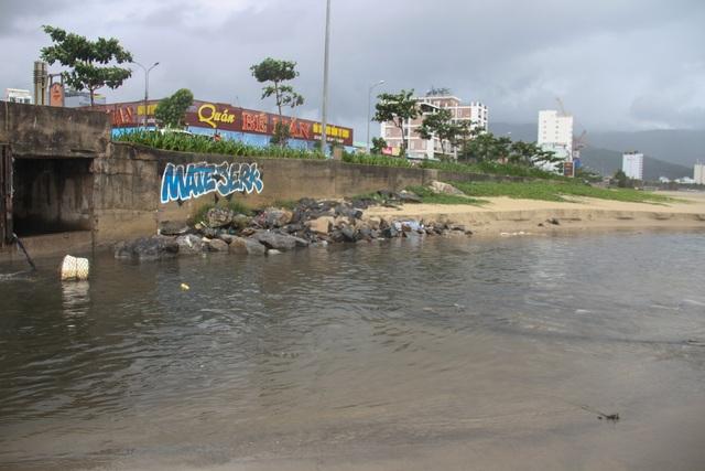 Nước thải đen ngòm lại tràn ra biển Đà Nẵng sau trận mưa lớn - 3