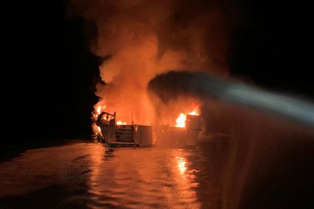 Hỏa hoạn kinh hoàng trên tàu lặn Mỹ: 25 người chết, 9 người vẫn mắc kẹt - 2