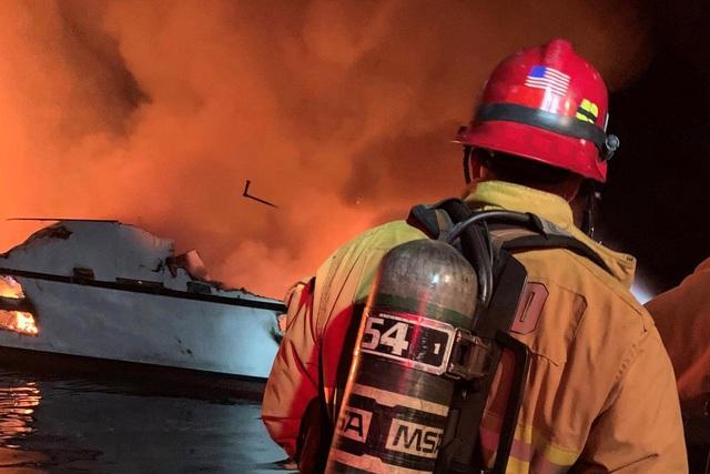 Hỏa hoạn kinh hoàng trên tàu lặn Mỹ: 25 người chết, 9 người vẫn mắc kẹt - 3