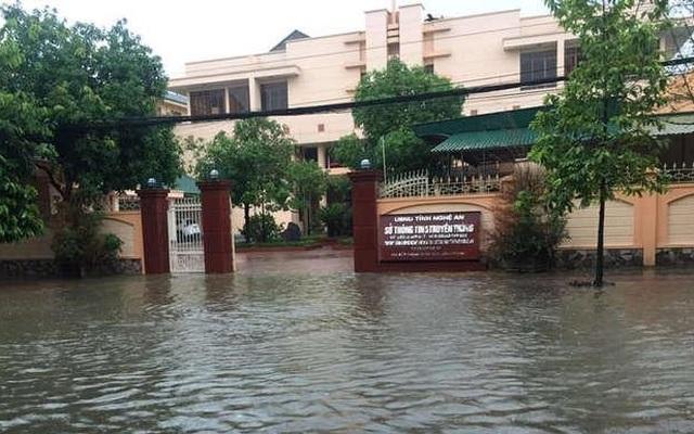 Thành phố Vinh thất thủ vì mưa lớn kéo dài nhiều ngày - 6