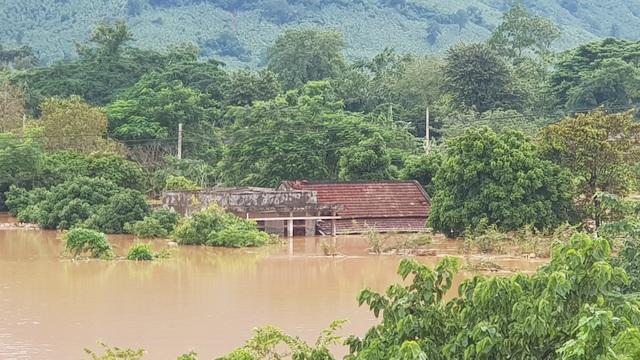Miền Trung mênh mông nước lũ, hàng trăm ngôi nhà ngập đến tận nóc - 14