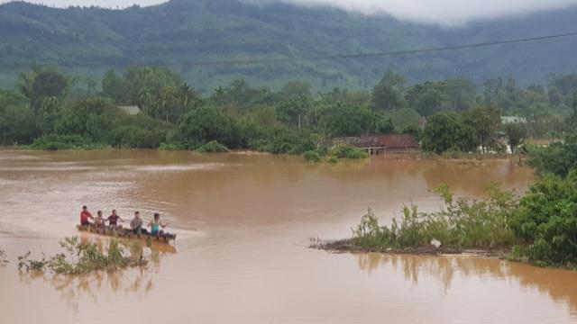 Miền Trung mênh mông nước lũ, hàng trăm ngôi nhà ngập đến tận nóc - 13