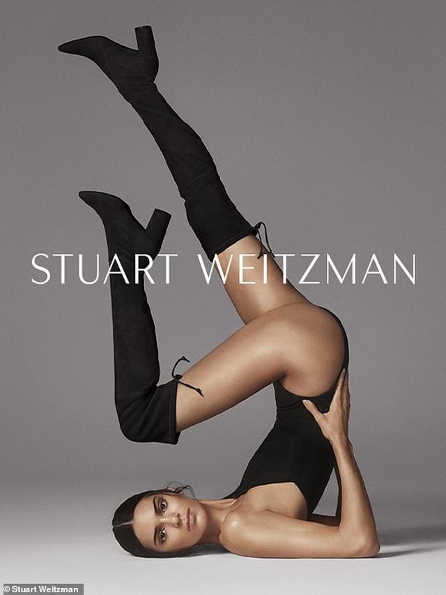 Kendall Jenner khoe chân siêu dài - 1