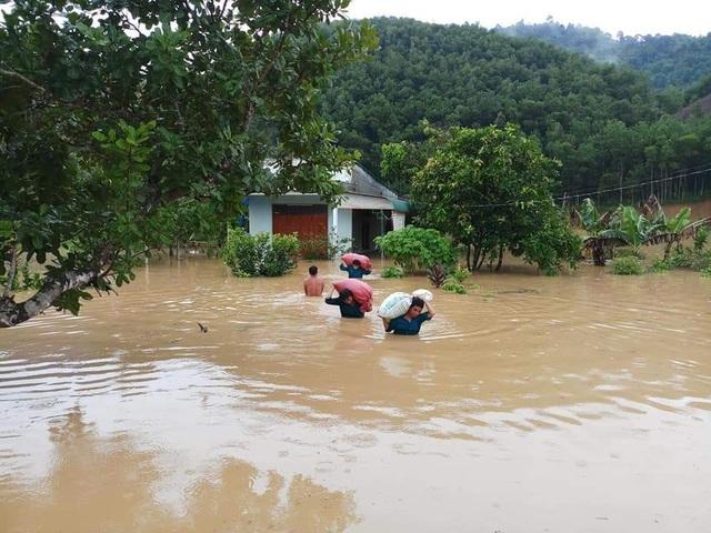 Mưa lớn khiến nhiều cây xanh bị quật đổ, 20 nhà dân bị tốc mái - 3
