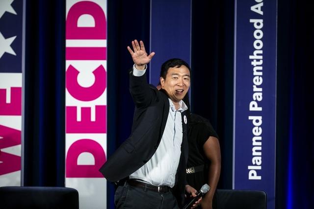 Doanh nhân trẻ tranh cử Tổng thống Mỹ: Tất cả người Mỹ sẽ được phát 1000 USD/tháng - 1