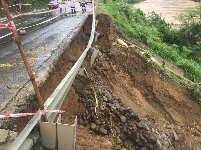 Quốc lộ 9 bị sạt lở nặng do mưa lũ - 10