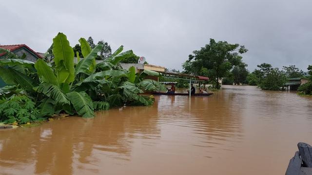Miền Trung mênh mông nước lũ, hàng trăm ngôi nhà ngập đến tận nóc - 2