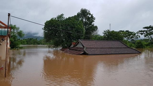 Miền Trung mênh mông nước lũ, hàng trăm ngôi nhà ngập đến tận nóc - 1