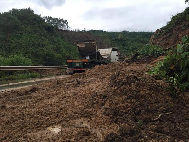 Quốc lộ 9 bị sạt lở nặng do mưa lũ - 1