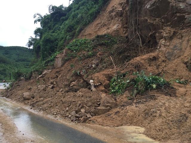 Quốc lộ 9 bị sạt lở nặng do mưa lũ - 2