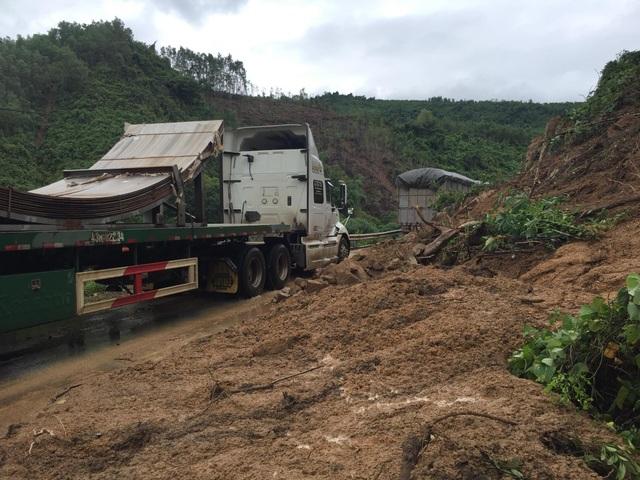 Quốc lộ 9 bị sạt lở nặng do mưa lũ - 3