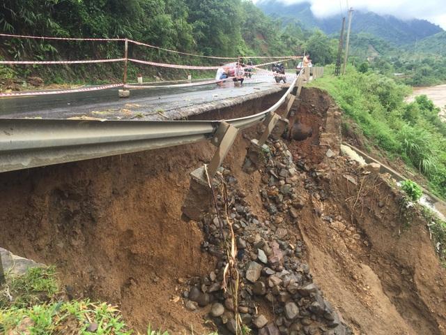 Quốc lộ 9 bị sạt lở nặng do mưa lũ - 11