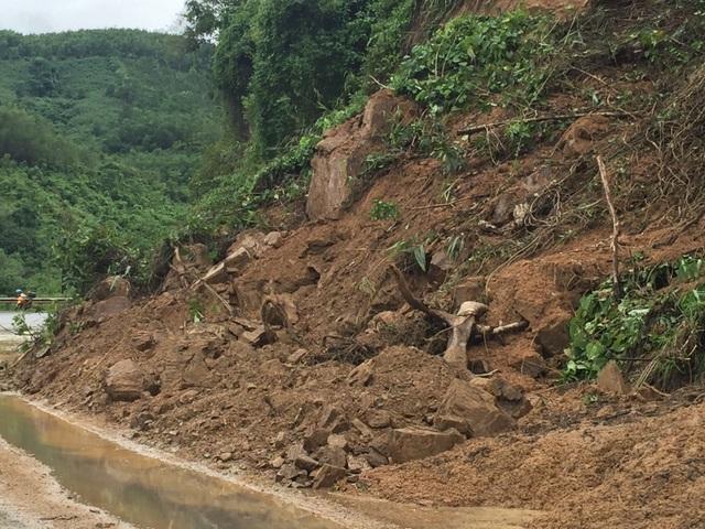 Quốc lộ 9 bị sạt lở nặng do mưa lũ - 12