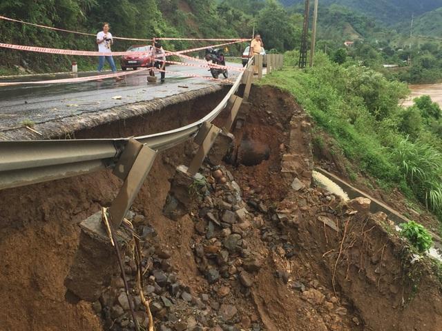 Quốc lộ 9 bị sạt lở nặng do mưa lũ - 9