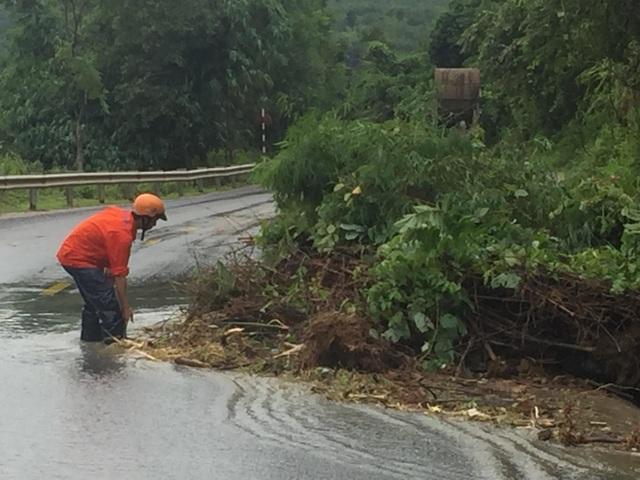 Quốc lộ 9 bị sạt lở nặng do mưa lũ - 5