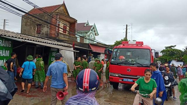 Cháy giữa mưa lớn, một hộ dân bị lửa thiêu rụi toàn bộ kho hàng - 2