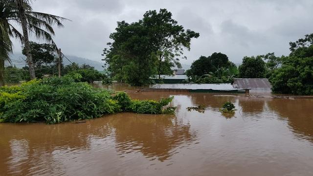 Miền Trung mênh mông nước lũ, hàng trăm ngôi nhà ngập đến tận nóc - 9