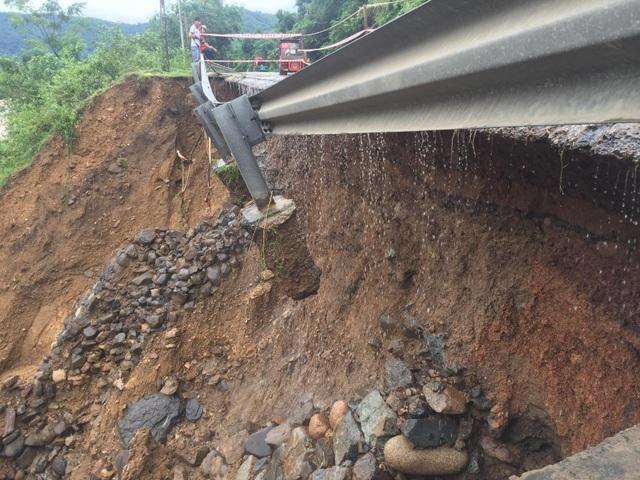 Quốc lộ 9 bị sạt lở nặng do mưa lũ - 6