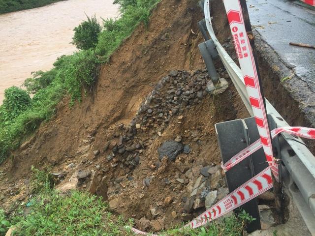 Quốc lộ 9 bị sạt lở nặng do mưa lũ - 8