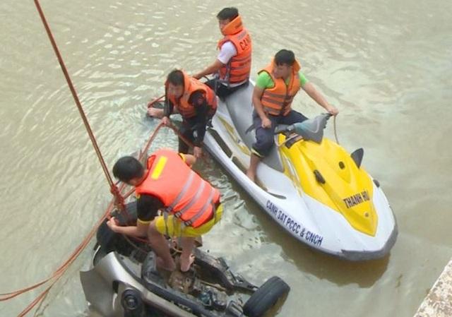 Đã tìm thấy thi thể tài xế vụ taxi cùng 3 người lao xuống sông - 1