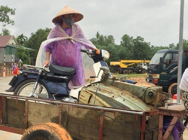 Dân bồng bế lợn gà, tài sản chạy lũ - 4