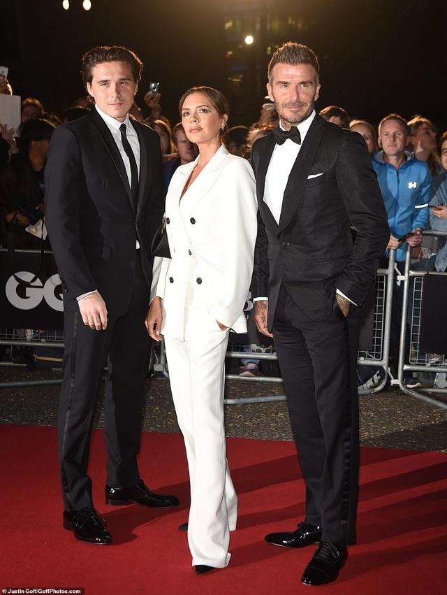 Victoria Beckham rạng rỡ cùng chồng con dự sự kiện - 1