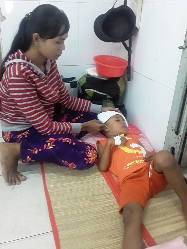 Ánh mắt cầu cứu của cậu bé Khmer 5 tuổi có khuôn mặt già hơn một đứa trẻ - 3