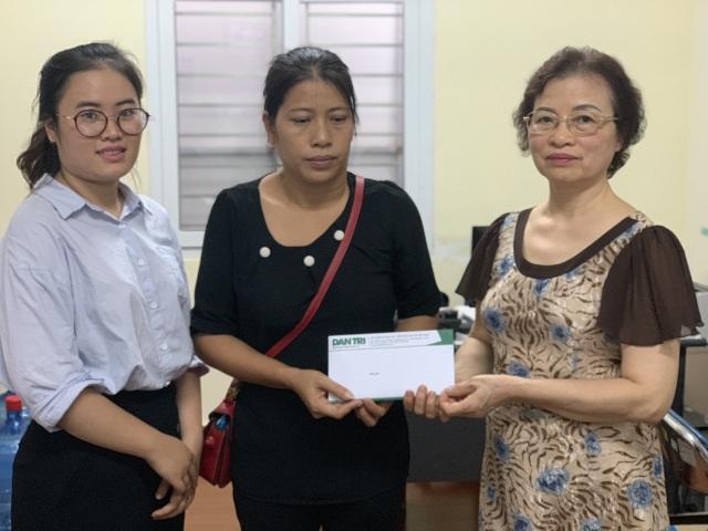 Người phụ nữ Hà Nội tức tốc vào viện tặng 30 triệu đồng đến người vợ quên mình cứu chồng - 3