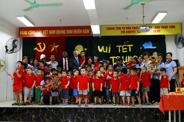 Đại sứ Mỹ múa lân, làm bánh Trung thu cùng trẻ khuyết tật ở Hà Nội - 1