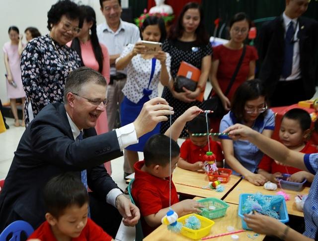 Đại sứ Mỹ múa lân, làm bánh Trung thu cùng trẻ khuyết tật ở Hà Nội - 2