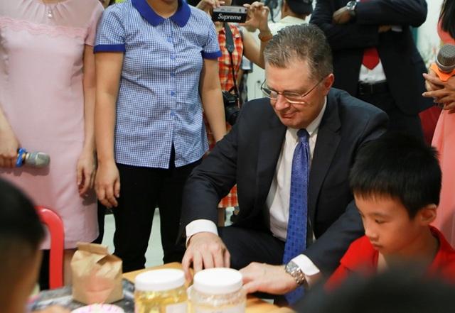 Đại sứ Mỹ múa lân, làm bánh Trung thu cùng trẻ khuyết tật ở Hà Nội - 3