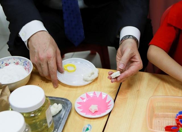 Đại sứ Mỹ múa lân, làm bánh Trung thu cùng trẻ khuyết tật ở Hà Nội - 4