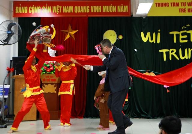 Đại sứ Mỹ múa lân, làm bánh Trung thu cùng trẻ khuyết tật ở Hà Nội - 5