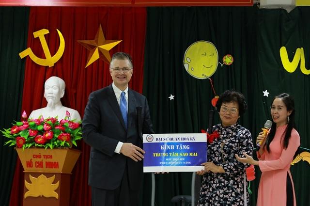 Đại sứ Mỹ múa lân, làm bánh Trung thu cùng trẻ khuyết tật ở Hà Nội - 6