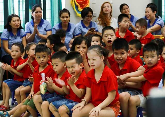 Đại sứ Mỹ múa lân, làm bánh Trung thu cùng trẻ khuyết tật ở Hà Nội - 8