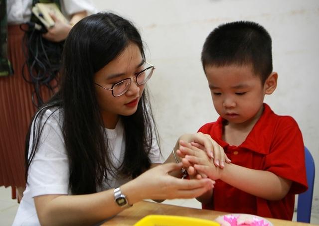 Đại sứ Mỹ múa lân, làm bánh Trung thu cùng trẻ khuyết tật ở Hà Nội - 9