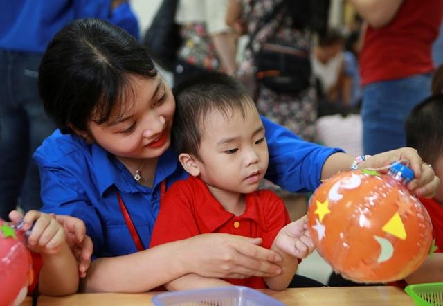 Đại sứ Mỹ múa lân, làm bánh Trung thu cùng trẻ khuyết tật ở Hà Nội - 11