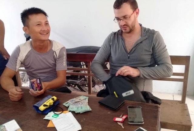 Du khách Colombia vui mừng nhận lại tài sản đánh rơi khi du lịch Quảng Bình - 1