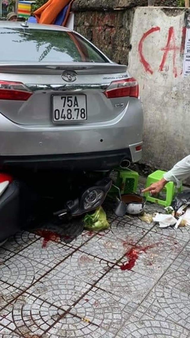 Nữ tài xế nhầm chân ga khi lùi xe, tông 3 người trọng thương - 4