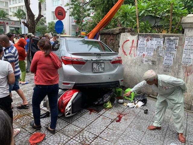 Nữ tài xế nhầm chân ga khi lùi xe, tông 3 người trọng thương - 1