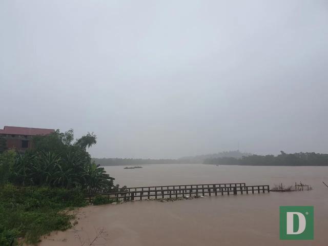Nước lũ lên nhanh gây ngập, chia cắt nhiều nơi tại Quảng Bình - 16