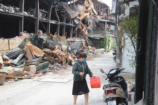 Vụ cháy Công ty Rạng Đông: Hiện trường vẫn ngổn ngang vật liệu nguy hiểm - 10